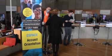 Des personnes remplissent des dossiers lors du dernier forum pour l'emploi qui a eu lieu en 2020