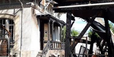 Les dégâts de la villa Sans-Gêne sont importants : le toit est endommagé. Les boiseries extérieures et intérieures sont à refaire entièrement comme le parquet des bureaux, les plafonds, les murs. (Photo : Emmaüs 94)